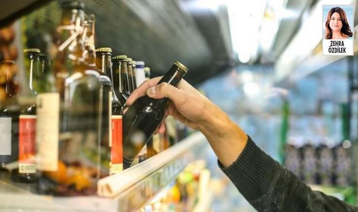 Alkol satışı yapan esnaf, yasaklar gerekçe gösterilerek gözaltına alındı