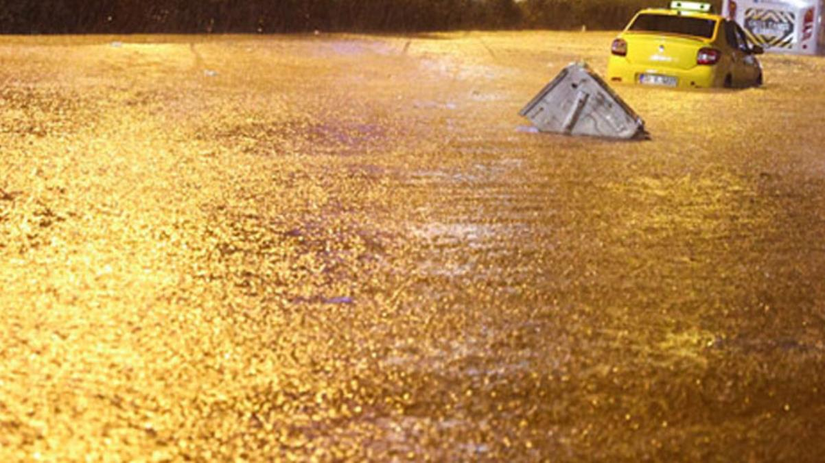 Hasretle beklenen yağmur İzmir'de çileye döndü! Sağanak yağış kentte su baskınlarına neden oldu