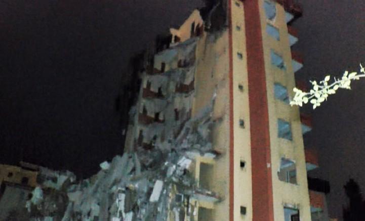 Maltepe'de yıkımına başlanan bina yarım bırakıldı, vatandaşlar tepki gösterdi