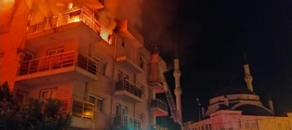 Öfkeli koca binayı ateşe verdi, mahalleli sokağa döküldü